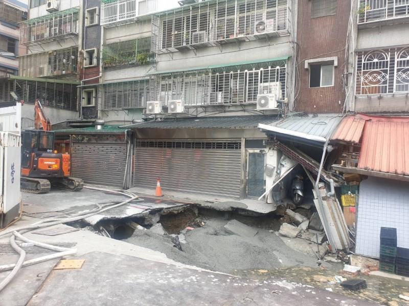 永和文化路113巷路面塌陷範圍擴大,警消緊急疏散社區民眾。(民眾提供)