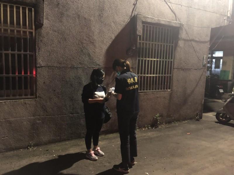 38歲印尼籍失聯移工「阿妮」到婦科診所墮胎不成,事後被查出染上愛滋,還疑似同時與本國籍4名男子交往,今天凌晨2點多在桃園市平鎮區被桃園市專勤隊查緝到案。(記者魏瑾筠翻攝)