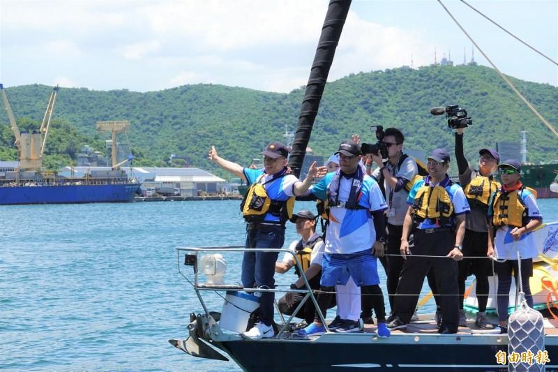 蘇貞昌(左1)登上「光腳號」試航,返程靠岸前,站在船首甲板上敞開雙手。(記者江志雄攝)