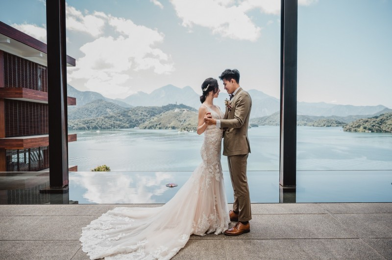 日月潭涵碧樓酒店推出少桌數的「戶外一站式婚宴」,讓新人在湖光山色的場景中完成終身大事。(涵碧樓酒店提供)