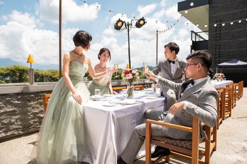 日月潭涵碧樓酒店婚宴,讓賓客在戶外用餐,盡情感受日月潭的山水美景。(涵碧樓酒店提供)