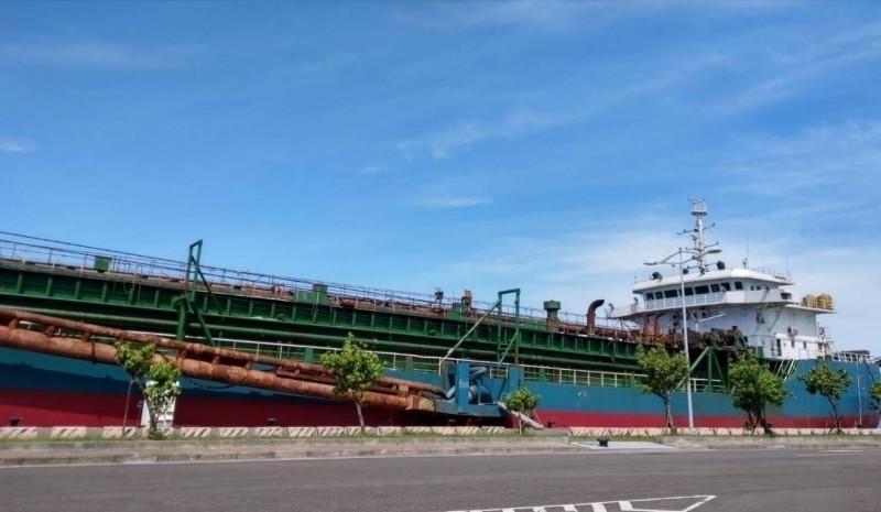 中國抽砂船「海航5679 號」盜採台灣灘砂石時被逮,事後船隻遭我方宣告沒收,拖回興達港停泊。(記者蔡清華翻攝)