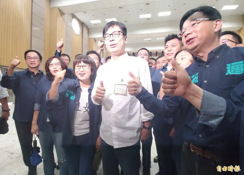 高雄市長補選抽籤,陳其邁抽中1號,在黨籍議員陪同下,高喊「第一名市長」。(記者陳文嬋攝)