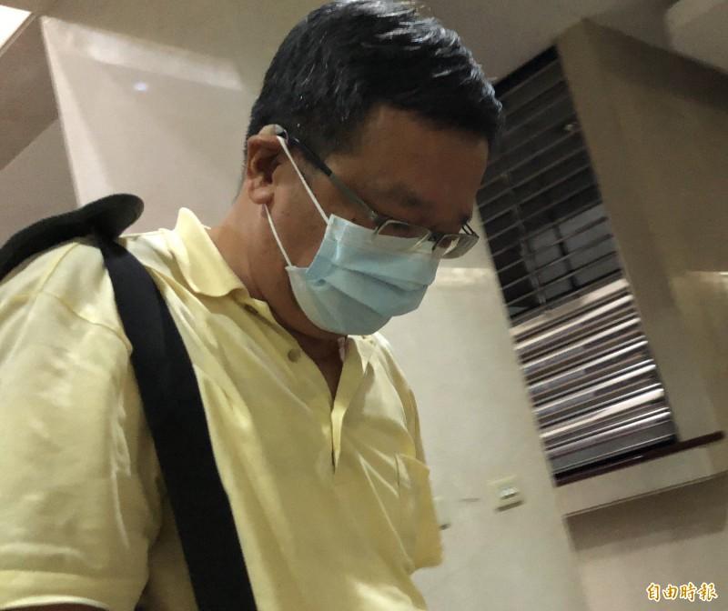 今天(16日)凌晨12點40分,曾華崇被移送北檢複訊,他低頭未發一語。(記者錢利忠攝)