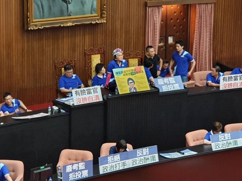 國民黨立委為杯葛監委人事案佔領議場主席台。(資料照,記者謝君臨攝)