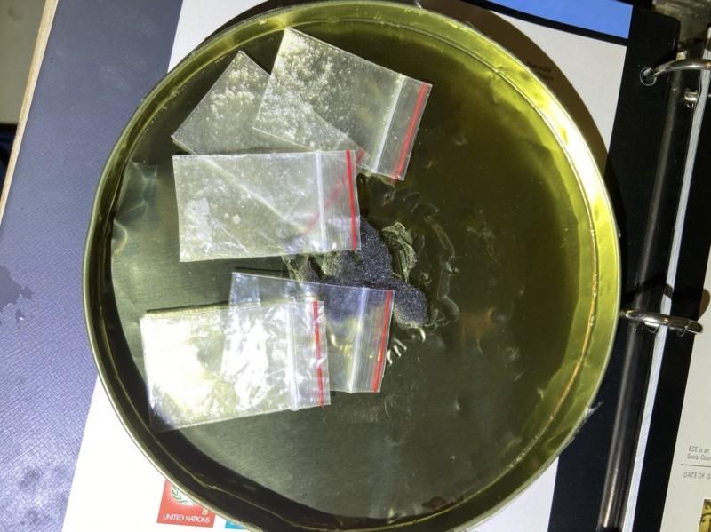 警方大陣仗橫跨2縣市搜索,只搜到12公克毒品。(記者王捷翻攝)