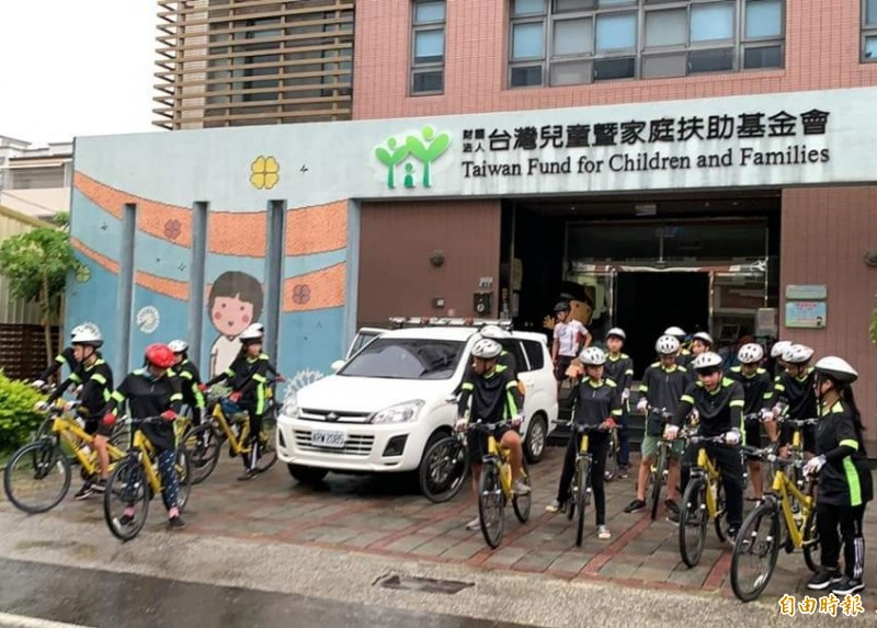 25名北台南家扶青少年今日在風雨中騎單車從新營出發,行程皆自主規劃,沿途前往社區做公益,學習面對不同的挑戰,開啟視野。(記者王涵平攝)