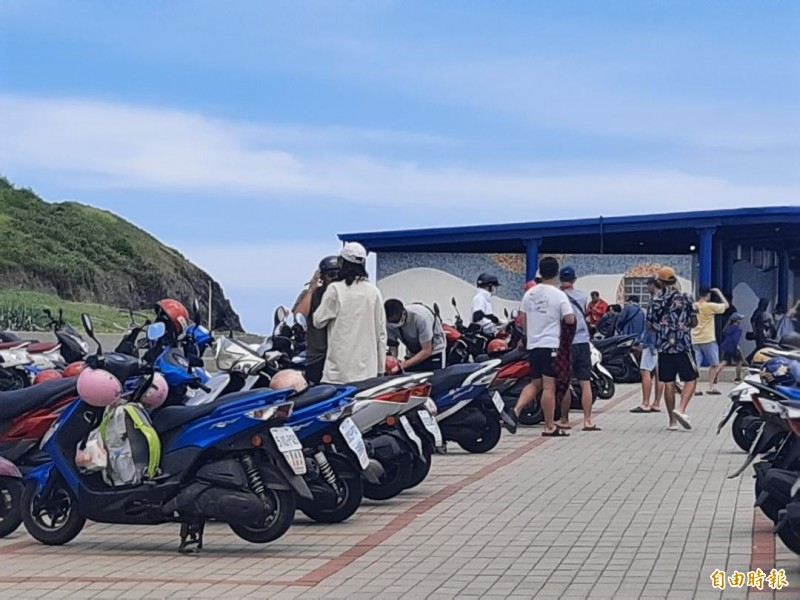 澎湖觀光客爆棚,風景區觀光景點一位難求。(記者劉禹慶攝)