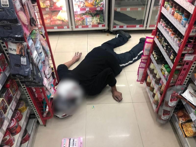 黃姓男子,到便利商店購物,突然口吐鮮血倒地休克。(記者彭健禮翻攝)