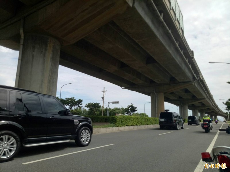 總統蔡英文車隊抵達甲南演習現場外圍。(記者張軒哲攝)