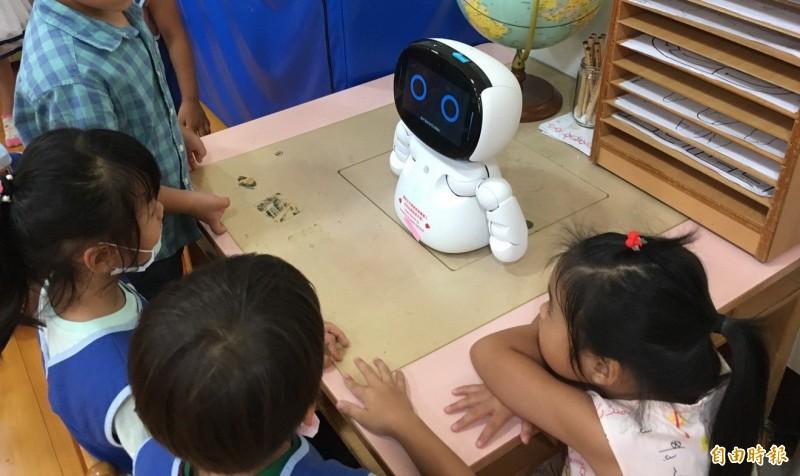新竹縣政府斥資4000萬元推動「教保服務場所及特教AI陪伴平台」計畫,在公立幼兒園、學前特教班、國小資源班等教學場所引進AI機器人,促進學童互動學習。(記者蔡孟尚攝)