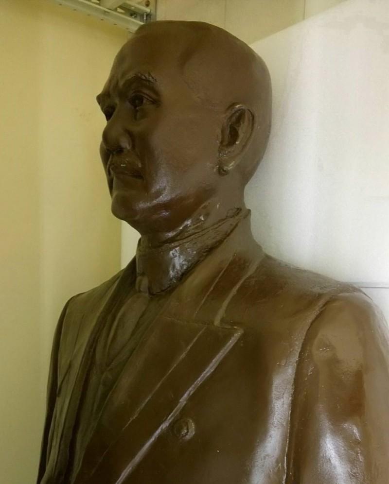 孫文銅像於2014年被獨派人士拉倒,銅像經修復後,目前暫存放在柳營科技園區。(記者蔡文居翻攝)