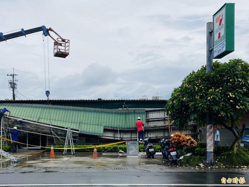 嘉義縣六腳鄉7-11蒜頭門市,半個屋頂坍塌。(記者蔡宗勳攝)
