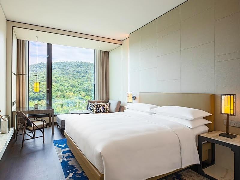 易遊網表示,五星飯店「君品酒店」、「士林萬麗酒店」用3字頭,就可享免費升等及平假日同價優惠。(業者提供)
