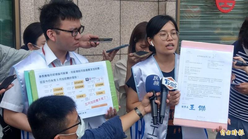 台鐵產工理事長王傑(左)、秘書長魏魏豫綾出面開記者會要求台鐵局盡速支付加班費。(記者鄭瑋奇攝)