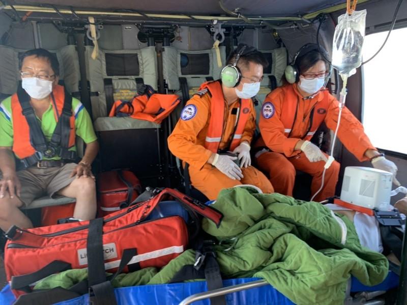 空勤直升機肩負離島傷病患後送事宜,但需經三方彙整流程,符合規定才得以後送。(記者陳賢義翻攝)