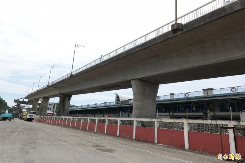 南方澳跨港大橋舊引橋,將在8月底拆除。(記者江志雄攝)