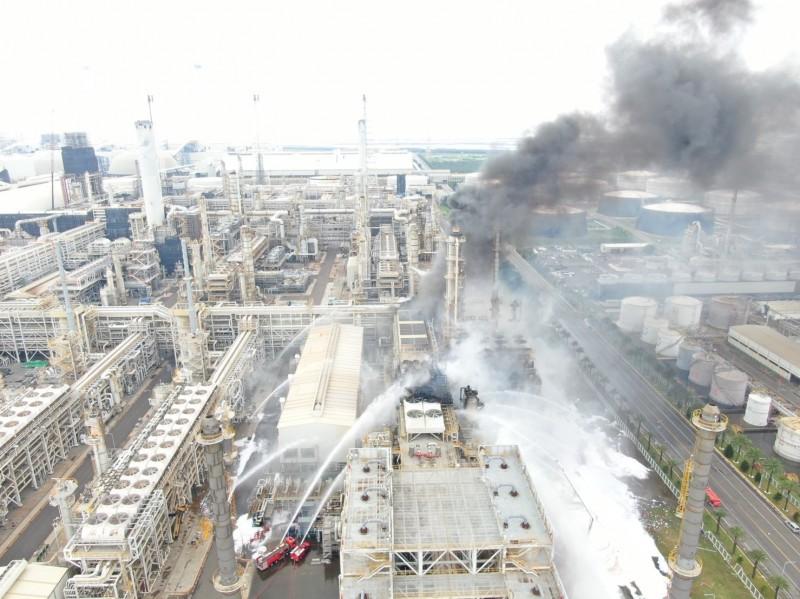 台塑煉二廠昨發生大火。(記者林國賢翻攝)