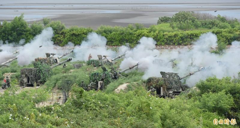 漢光演習今在甲南海灘進行「三軍聯合反登陸作戰」實彈操演,陸軍多門M109A2自走砲齊射。(記者廖振輝攝)