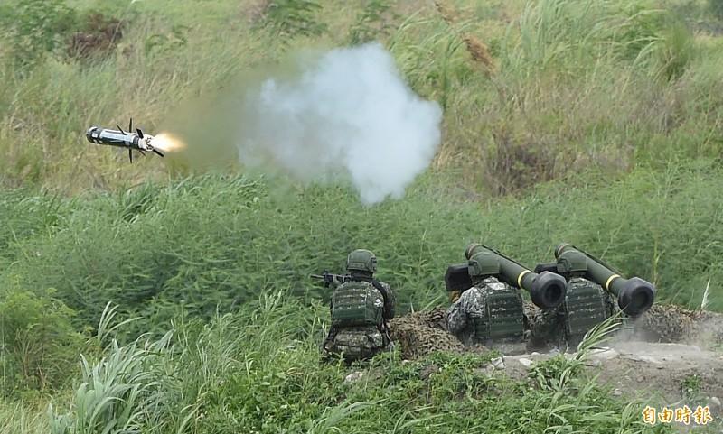 漢光演習今在甲南海灘進行「三軍聯合反登陸作戰」實彈操演,陸軍官兵發射標槍飛彈。(記者廖振輝攝)