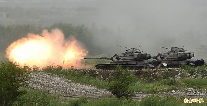 漢光演習36國軍第5作戰區16日在甲南海灘進行「三軍聯合反登陸作戰」實彈操演,操演進程中,採「實兵、實彈、全裝」模式執行操演, 陸軍M60A3戰車發射砲火殲滅假想目標。(記者廖振輝攝)