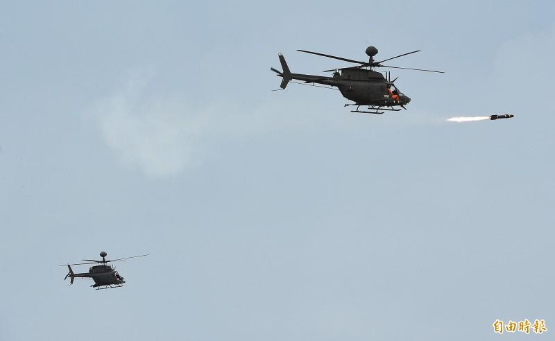 航特部一架OH-58D戰搜直升機16日執行漢光演習操演後,約下午3時30分在新竹空軍基地發生重落地意外,圖為OH–58D戰搜直升機在演習中發射地獄火反戰車飛彈,圖中左方為發生重落地意外的0H-58D戰搜直升機(機號:616)。(記者廖振輝攝)