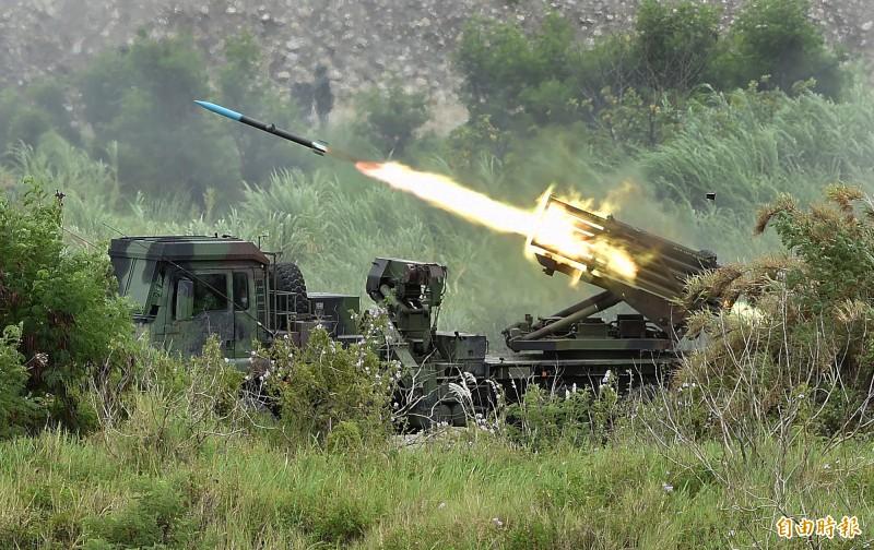 漢光演習36國軍第5作戰區16日在甲南海灘進行「三軍聯合反登陸作戰」實彈操演,操演進程中,採「實兵、實彈、全裝」模式執行操演,陸軍雷霆2000多管火箭對敵實施遠程攻擊。(記者廖振輝攝)