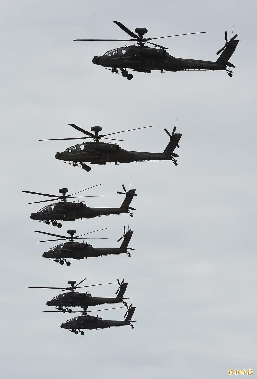 漢光演習36國軍第5作戰區16日在甲南海灘進行「三軍聯合反登陸作戰」實彈操演,操演進程中,採「實兵、實彈、全裝」模式執行操演, AH-64E 阿帕契攻擊直升機編隊飛行接戰。(記者廖振輝攝)