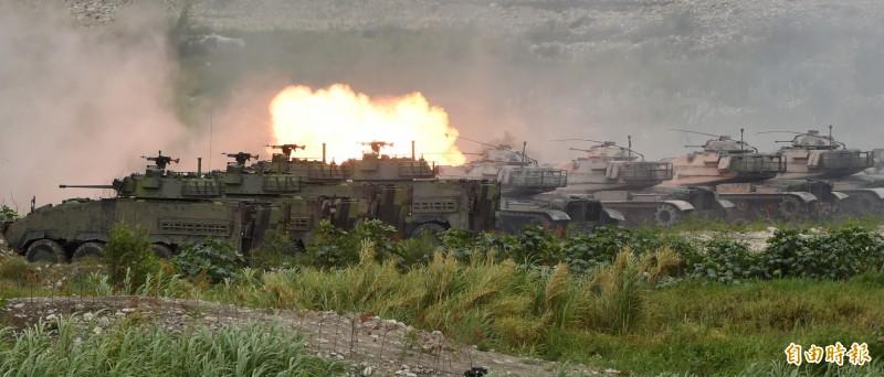 漢光演習36國軍第5作戰區16日在甲南海灘進行「三軍聯合反登陸作戰」實彈操演,操演進程中,採「實兵、實彈、全裝」模式執行操演, 陸軍M60A3戰車與CM33甲車火砲齊發殲滅假想敵目標。(記者廖振輝攝)