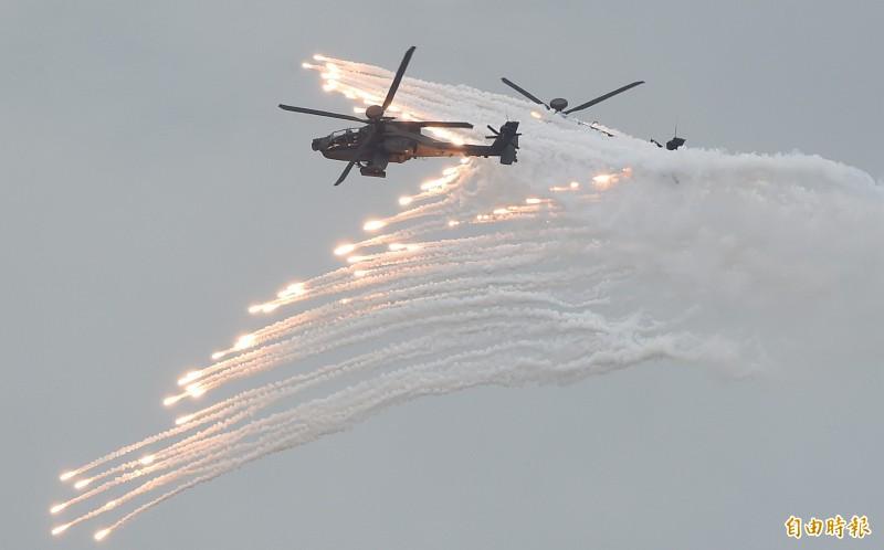 漢光演習今在甲南海灘進行「三軍聯合反登陸作戰」實彈操演,AH-64E阿帕契攻擊直升機發射熱焰彈誘敵。(記者廖振輝攝)