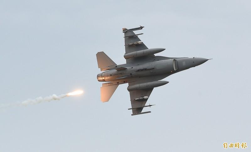 漢光演習今在甲南海灘進行「三軍聯合反登陸作戰」實彈操演,F-16戰機發射熱焰彈誘敵。(記者廖振輝攝)