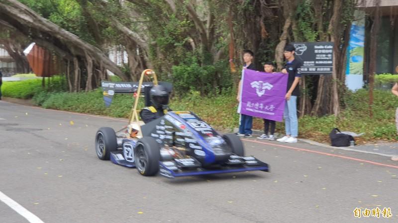 清華大學今天發表第三代的電動賽車,時速從0到100公里,只要2.7秒,直逼特斯拉等級。(記者洪美秀攝)