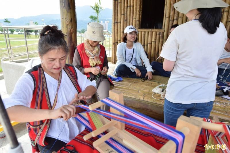 新北南島文化節以「傳統與現代相聚」為主題,展現南島語族創意。(記者周湘芸攝)