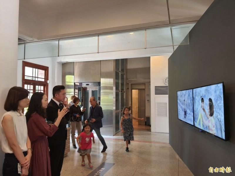 新竹市美術館在疫後時代推出「YOU ARE ME」新地域的展覽,展出多國藝術家的作品,期許打破膚色和種族的限制。(記者洪美秀攝)