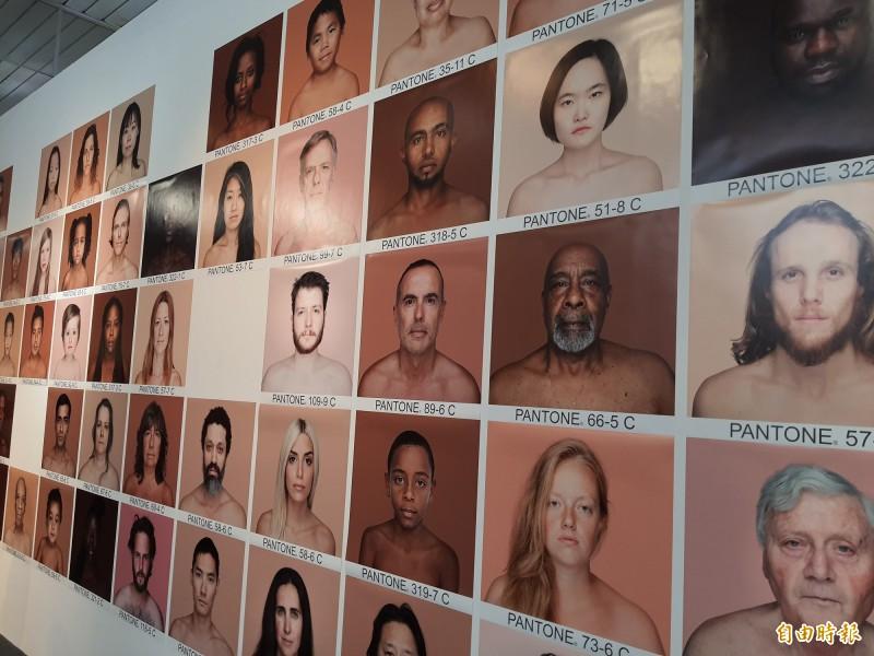 打破國界與膚色限制,新竹市美術館在疫後時代推出「YOU ARE ME」新地域的展覽,展出多國藝術家的作品,期許打破膚色和種族的限制。(記者洪美秀攝)