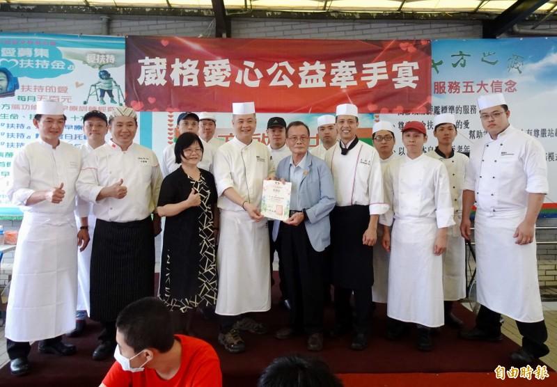 十方啟能中心執行長魏啟峰(前排右4)致贈主廚們感謝狀。(記者張菁雅攝)