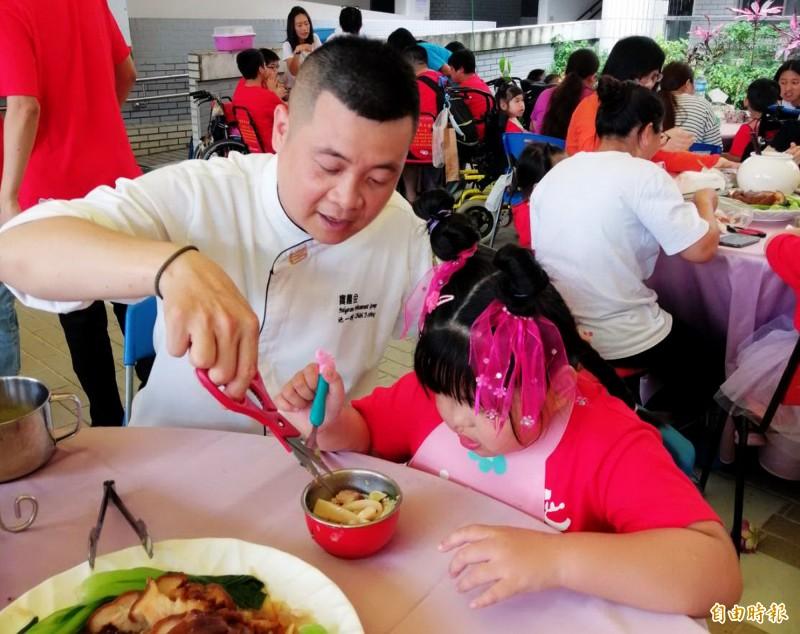 葳格國際會議中心廚藝總監池一明(左)幫小朋友把菜餚剪成小塊,以方便進食。(記者張菁雅攝)