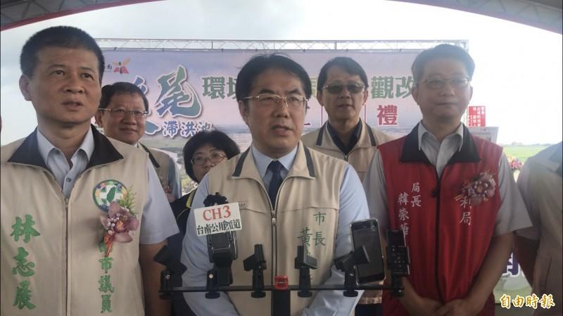 台南市長黃偉哲(中)今再度回應警局長遭拔官議題。(記者萬于甄攝)