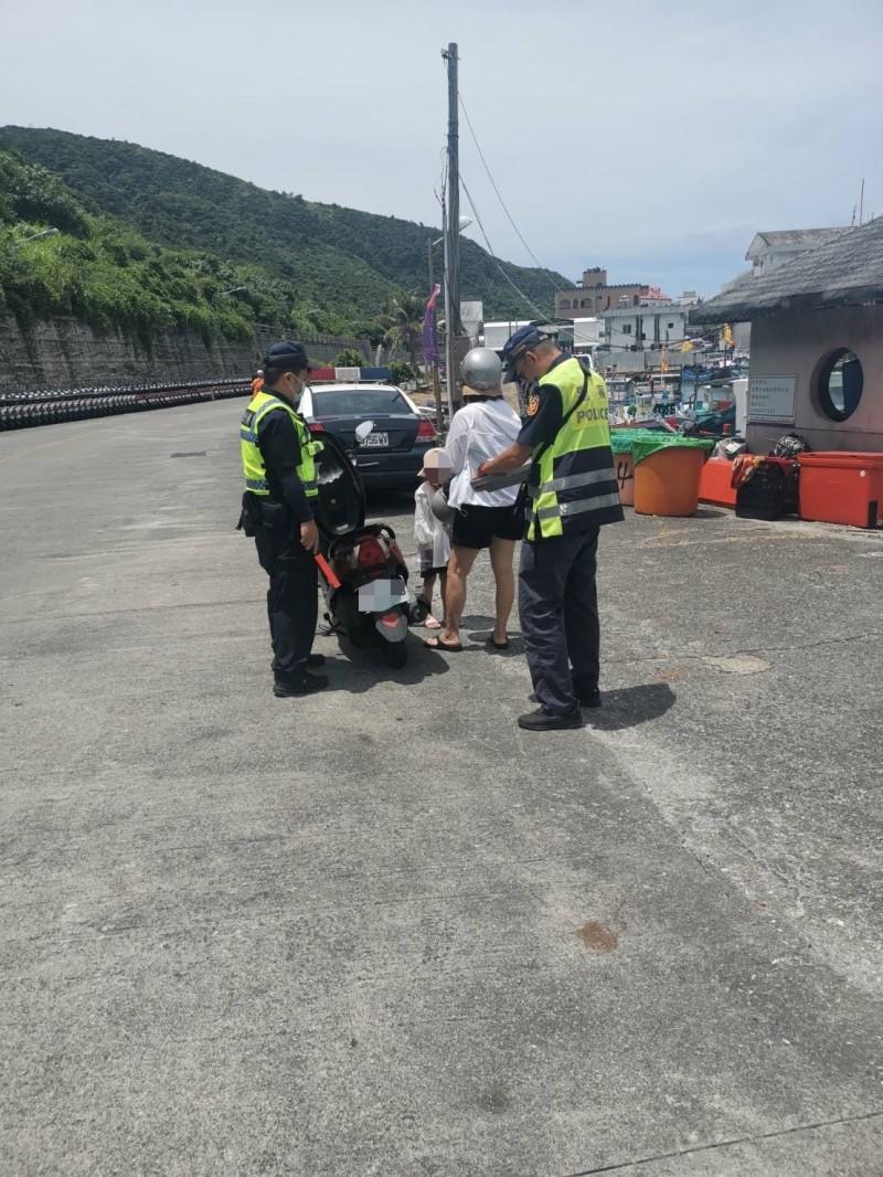 警方加強取締離島地區騎機車未戴安全帽違規案件,籲遊客及居民遵守。(記者陳賢義翻攝)