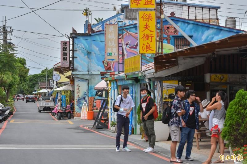 頭城鎮港澳沙灘,是台灣熱門的衝浪勝地,堤內的衝浪街縣府投入2380萬改善基本設施、排水等系統。(記者張議晨攝)