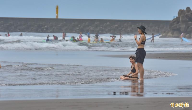 頭城鎮港澳沙灘,是台灣熱門的衝浪勝地。(記者張議晨攝)