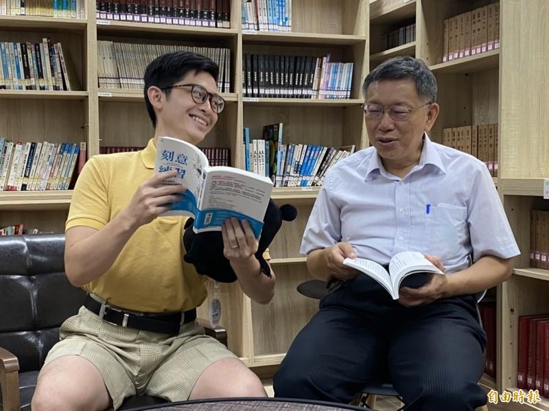 「博恩夜夜秀」脫口秀節目主持人曾博恩(左),與台北市長柯文哲出席閱讀力躍進記者會,兩人互動熱絡,被問節目收費爭議,曾博恩卻不發一語。(記者蔡亞樺攝)