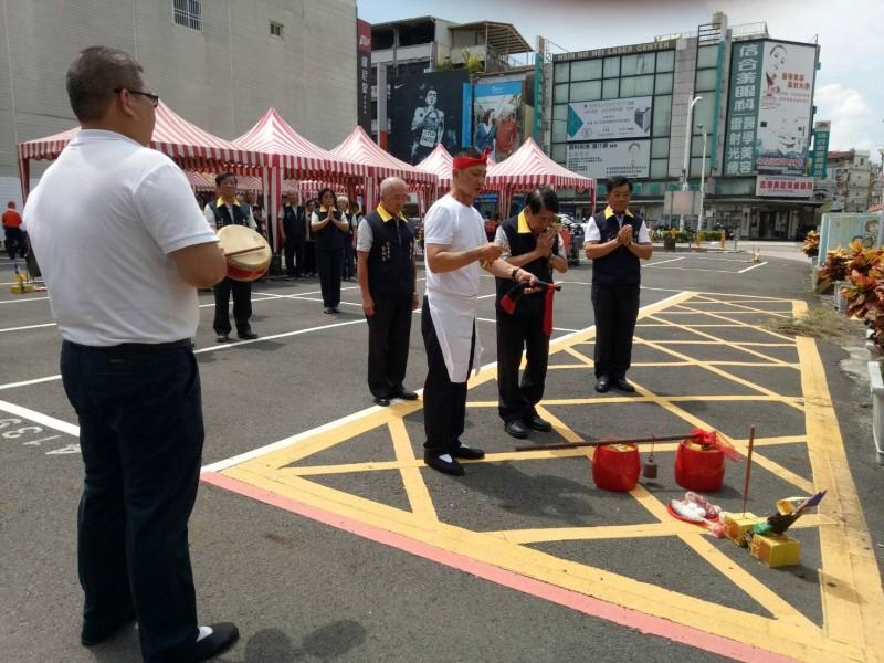 慈鳳宮董監事共同參與文化大樓開工動土儀式。(記者李立法翻攝)