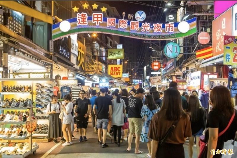 台中購物競賽遊程專車」在7至8月開跑8大購物旅遊路線,包括一中及逢甲商圈遊程。(記者蔡淑媛攝)