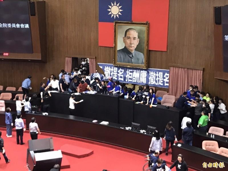 立法院預計明日展開監察院人事投票,不過因主席台仍遭國民黨佔據,民進黨立委下午3點半左右展開清場。(記者彭琬馨攝)