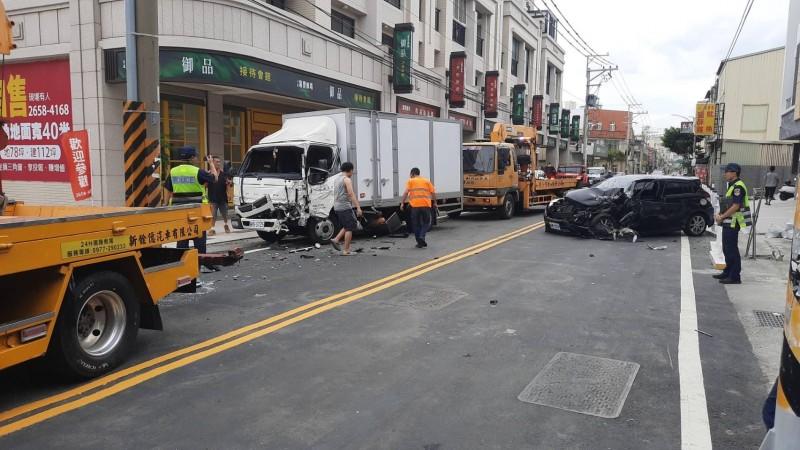 清水發生自小客車與貨車對撞車禍。(記者張軒哲翻攝)