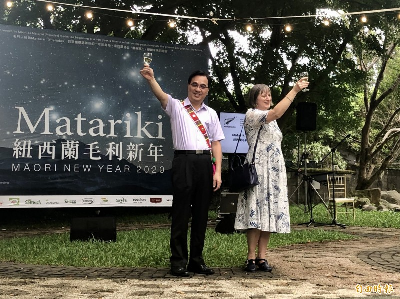 紐西蘭駐台代表涂慕怡與原民會主委夷將·拔路兒在毛利新年(Matariki)活動舉杯慶祝。(記者呂伊萱攝)