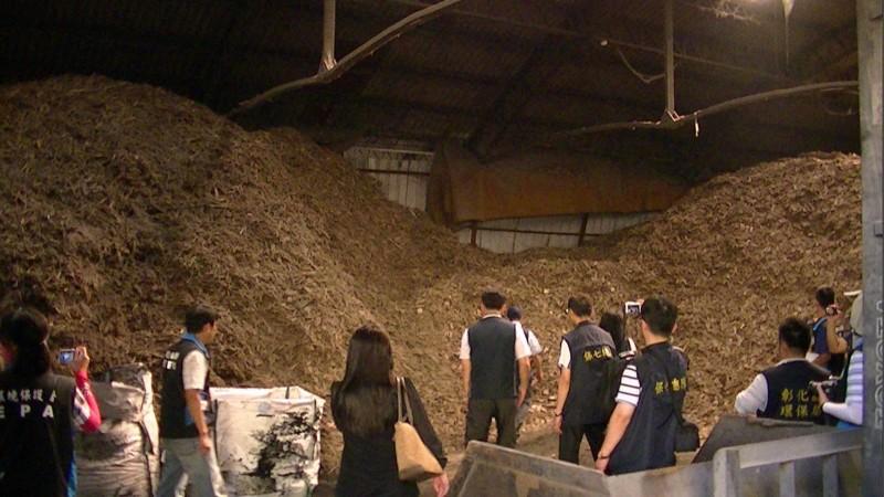 彰化檢警進入宏昇能源公司內部發現,業者使用廢棄木材燃燒。(記者陳冠備翻攝)