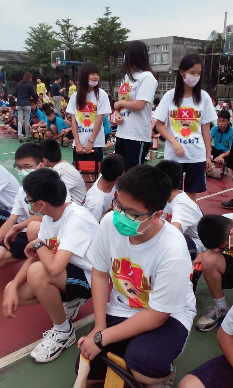 埤頭國中學生被迫戴著口罩上課。(記者陳冠備翻攝)