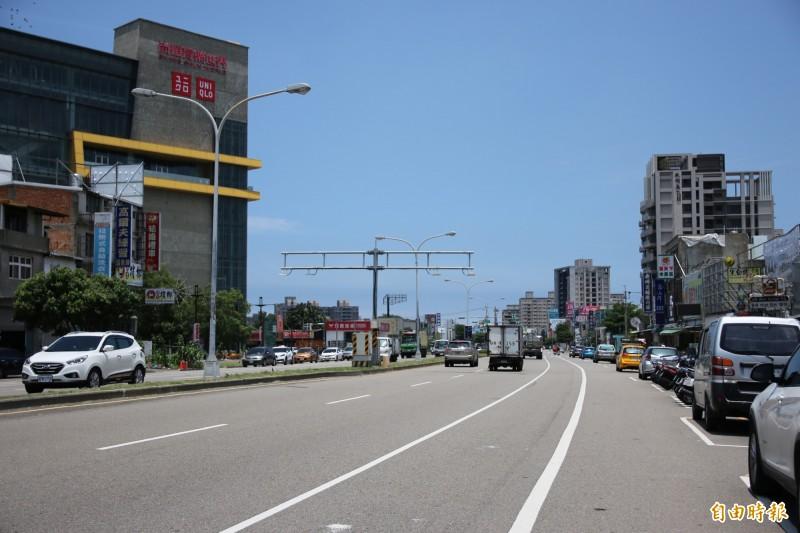 配合苗栗縣政府工程,頭份市中央路即起至12月31日暫停路邊停車收費。(記者鄭名翔攝)